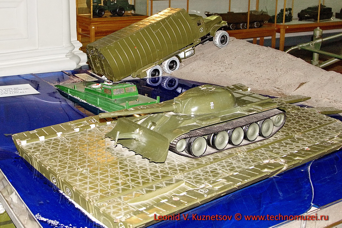 Макет паромной переправы ПМП с катером-толкачём БМКТ в Артиллерийском музее