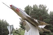 памятник самолету МиГ-21 в поелке Старый Городок
