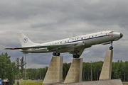 памятник самолету Ту-104 у аэропорта Внуково