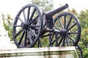 старинная полевая пушка памятник в Малоярославце