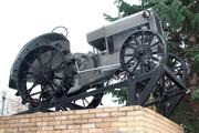 Памятник трактору СТЗ-ХТЗ 15/30 на территории Тимирязевской академии
