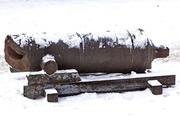 старинная разбитая пушка в Петропавловской крепости