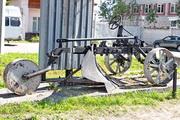 памятник плуг ПКБ-75 в Угличе