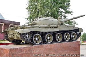 Танк-памятник Т-62М у железнодорожной станции Кубинка