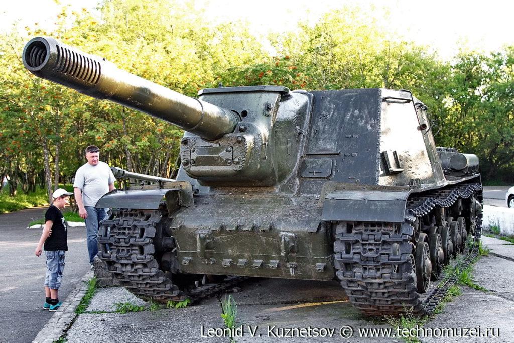 Самоходная артиллерийская установка ИСУ-152 на выставке военной техники в парке 35-летия Победы в Кинешме