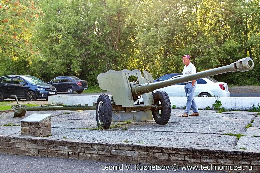 Пушка Д-44 на выставке военной техники в парке 35-летия Победы в Кинешме