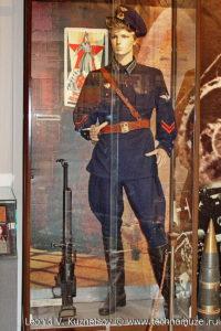 Летчик рядом с авиационным пулеметом ШКАС Музей Вооруженных Сил в Москве