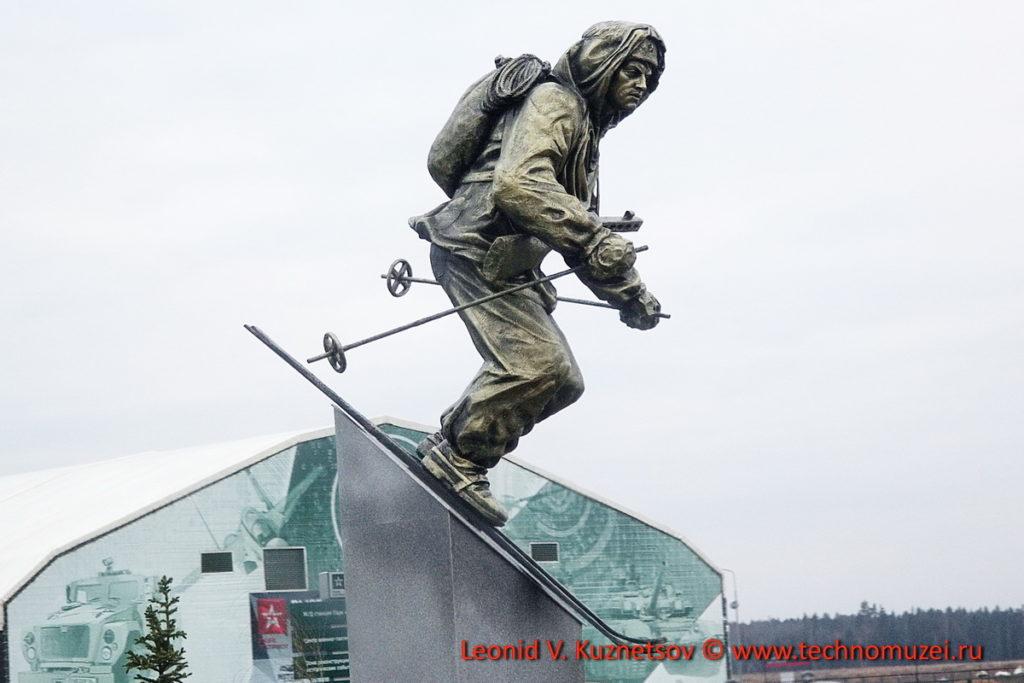 """Парк Патриот памятник """"Лыжник"""""""