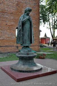 Памятник царевичу Димитрию в Угличском кремле