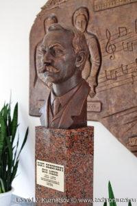 Памятник барону фон Мекк на железнодорожном вокзале в Веневе