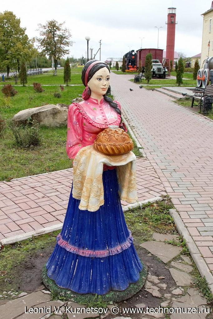 Девушка с хлебом-солью на Аллее железнодорожников в Веневе
