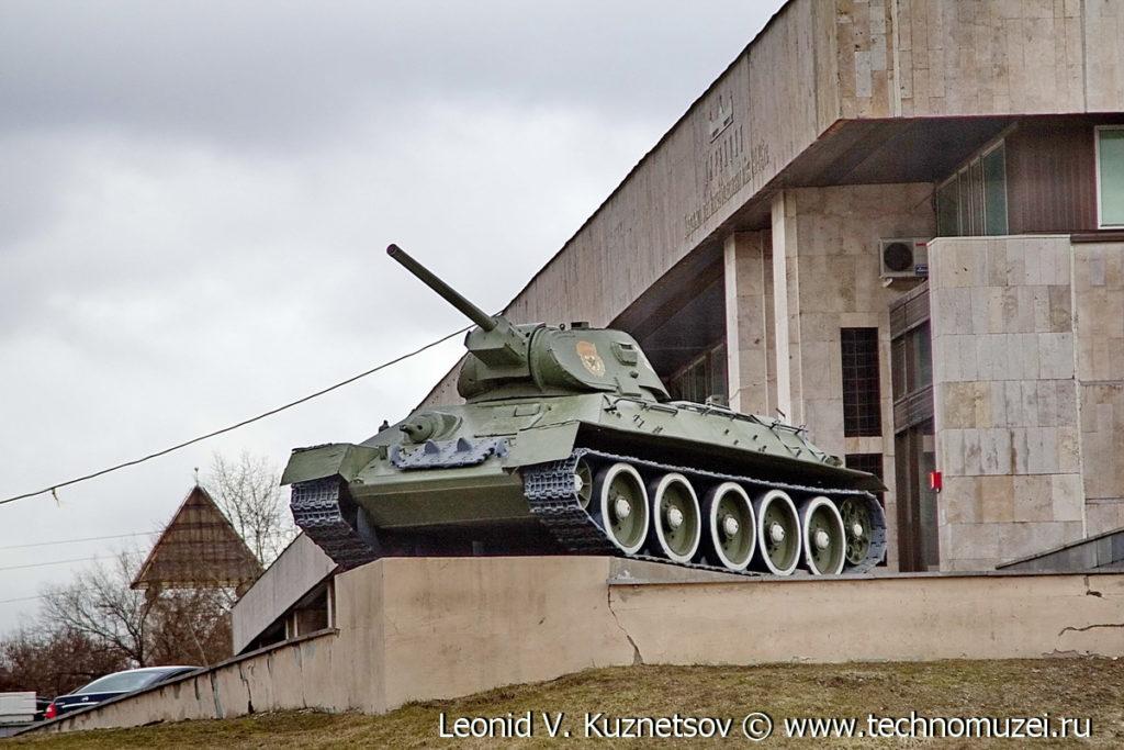 Танк Т-34-76 перед дирекцией Музея на Поклонной горе