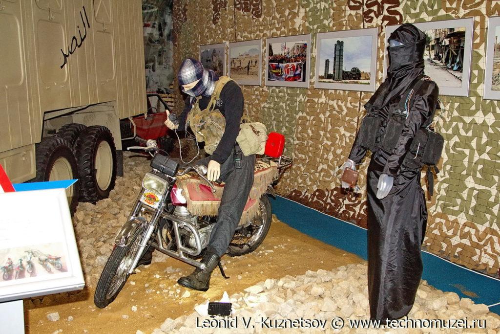"""Захваченный у боевиков мотоцикл на выставке """"Операция в Сирии"""" в парке Патриот"""