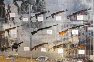 """Захваченное у боевиков стрелковое оружие на выставке """"Операция в Сирии"""" в парке Патриот"""