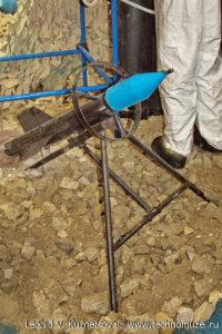 """Кустарный реактивный снаряд на пусковой треноге на выставке """"Операция в Сирии"""" в парке Патриот"""