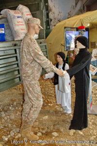 """Раздача гуманитарной помощи населению Сирии на выставке """"Операция в Сирии"""" в парке Патриот"""