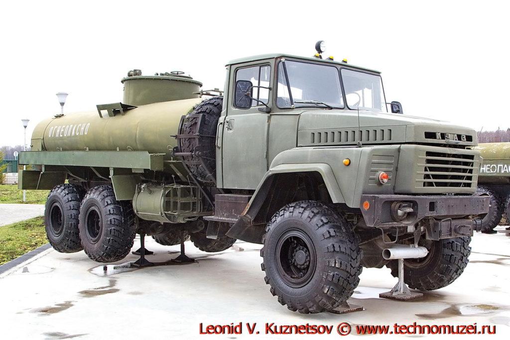 Автоцистерна АЦ-10-260 в парке Патриот