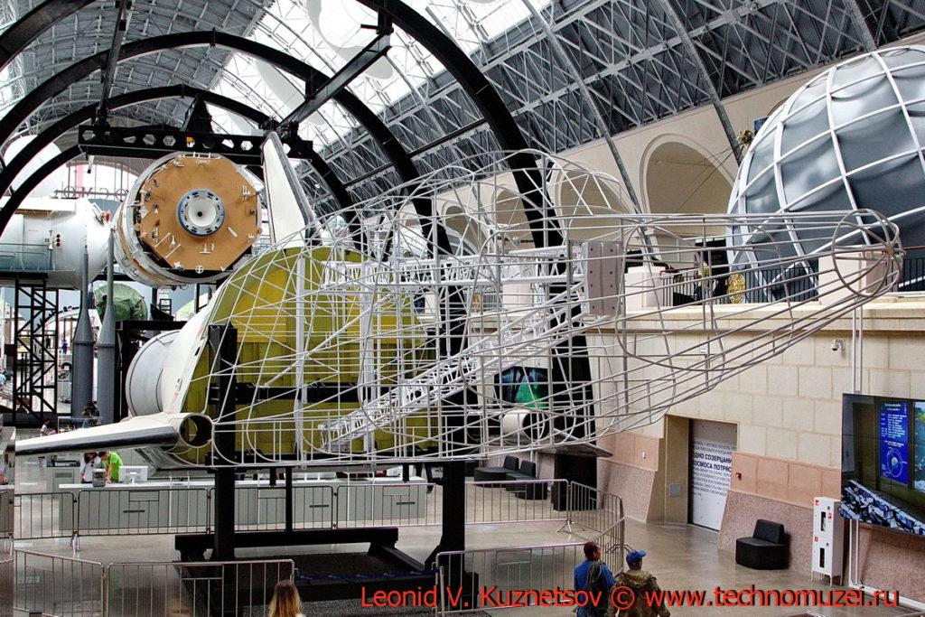 Хвостовая часть космического челнока Буран в павильоне Космос на ВДНХ