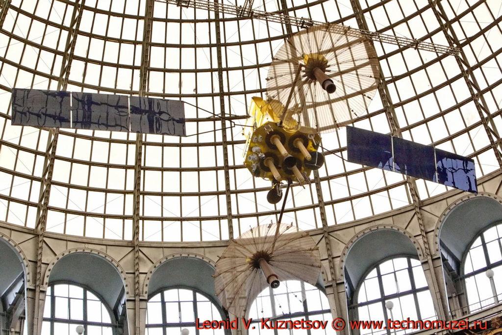 Макет спутника-ретранслятора Луч-5А в павильоне Космос на ВДНХ