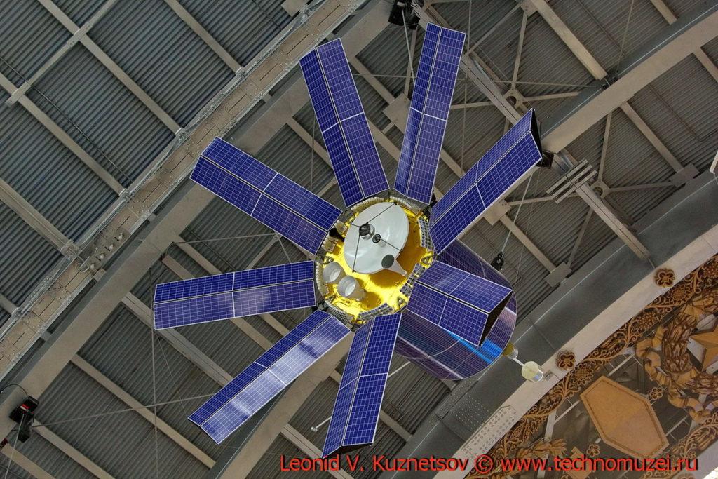 Макет геодезического спутника Гео-ИК-2 в павильоне Космос на ВДНХ