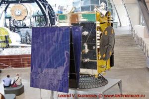 Макет спутника связи Экспресс-АТ1 на платформе Экспресс-1000 в павильоне Космос на ВДНХ