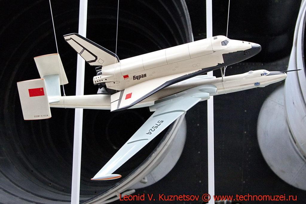 Самолёт ВМТ-Атлант с космическим челноком Буран в павильоне Космос на ВДНХ