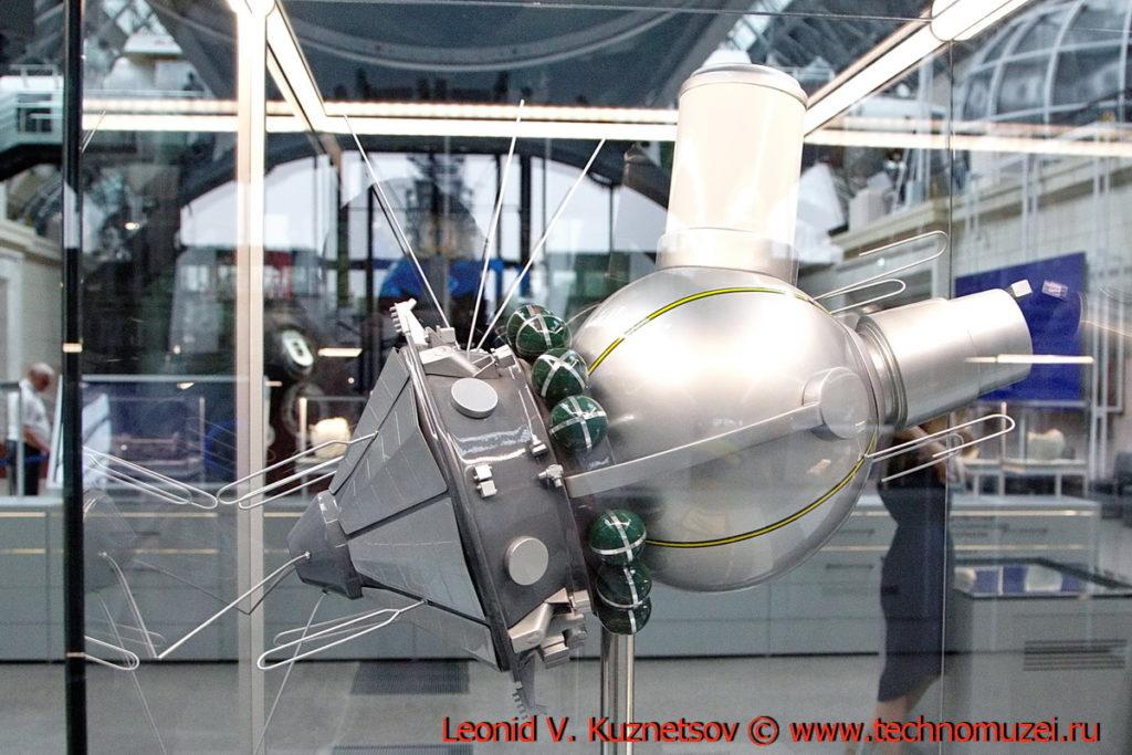 Макет космического корабля Восход-2 в павильоне Космос на ВДНХ