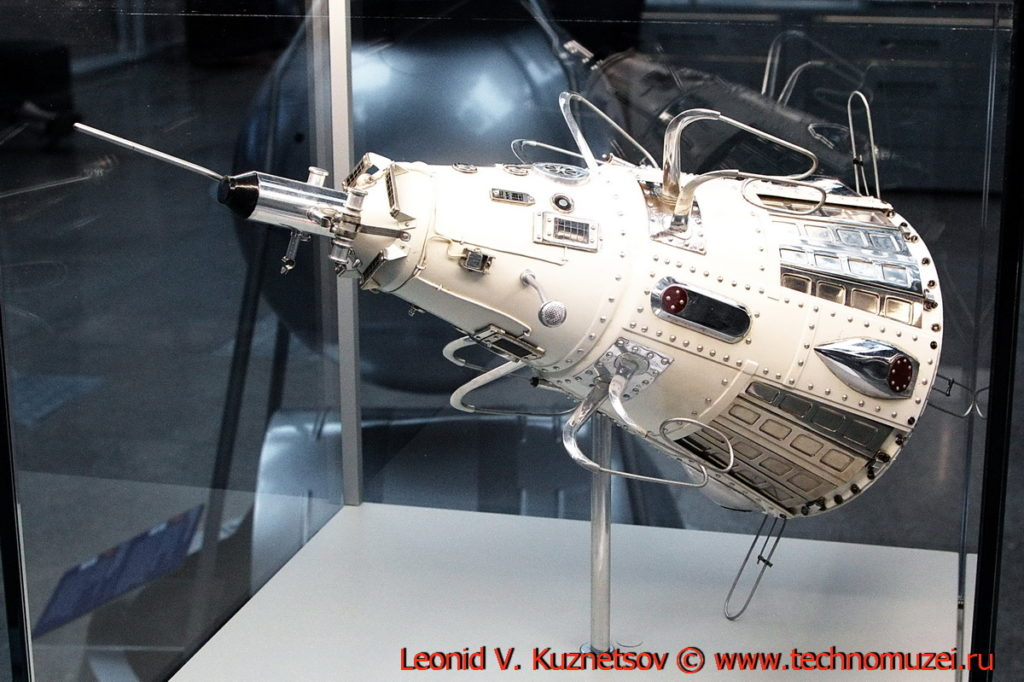 Модель спутника ИСЗ-3 в павильоне Космос на ВДНХ