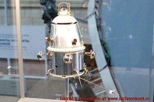 Модель первого искусственного спутника Луны Луна-10 в павильоне Космос на ВДНХ