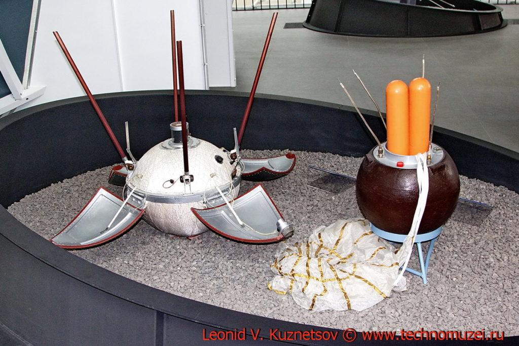 Станция Луна-9 и возвращаемый аппарат станции Луна-16 в павильоне Космос на ВДНХ