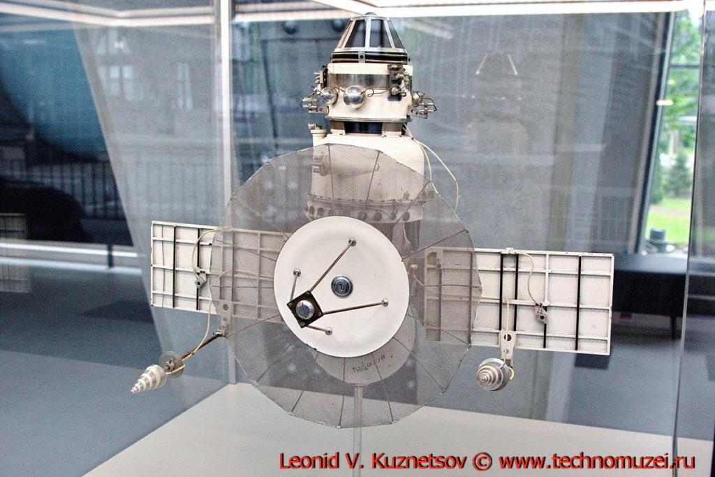 Масштабная модель станции Венера-3МВ-4 в павильоне Космос на ВДНХ