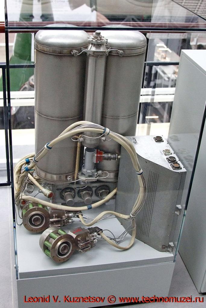 Система коррекции орбиты Метеор-1 из двух электрореактивных плазменных двигателей в павильоне Космос на ВДНХ
