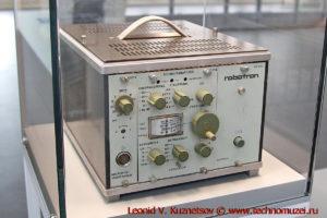 Приборы и узлы систем управления спутниками в павильоне Космос на ВДНХ