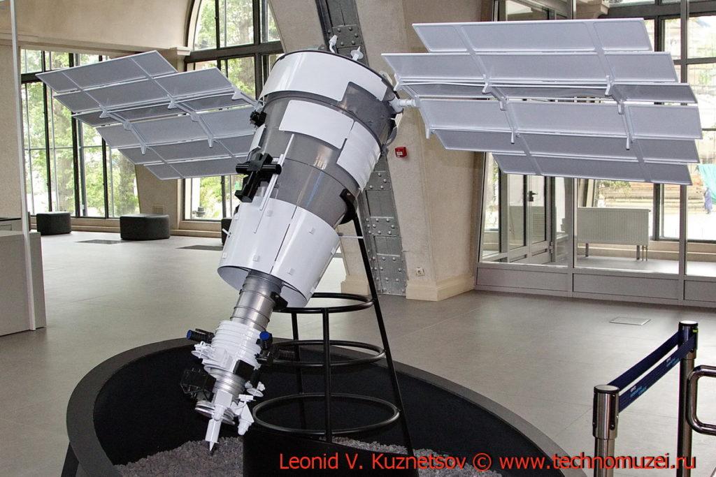 Макет спутника Ресурс-П для дистанционного зондирования Земли в павильоне Космос на ВДНХ
