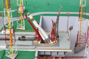 Макет стартовой площадки ELS космодрома Куру для запуска ракет Союз-2 в павильоне Космос на ВДНХ
