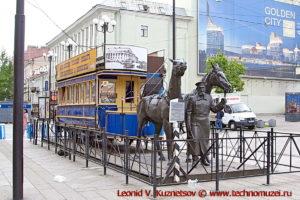 Памятник конке на Васильевском острове в Санкт-Петербурге