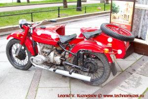 Мотоцикл Урал у кафе Квартирка на Васильевском острове в Санкт-Петербурге