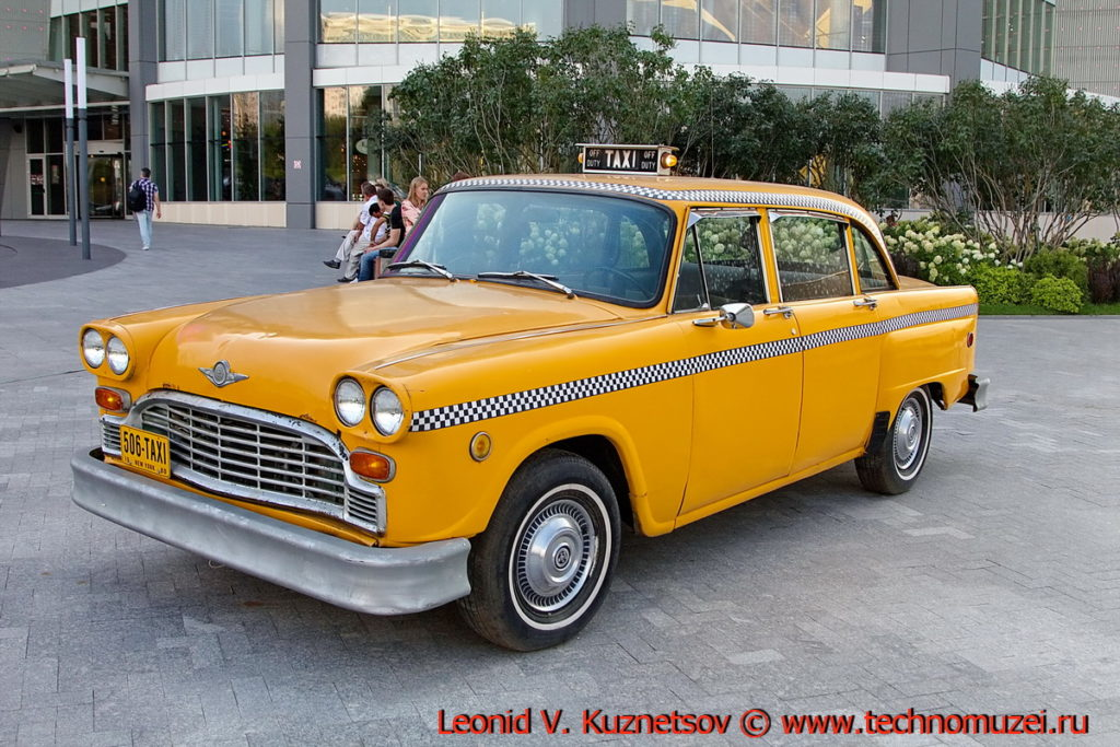 Классические автомобили в ТЦ Вегас на 66 км МКАД в Москве