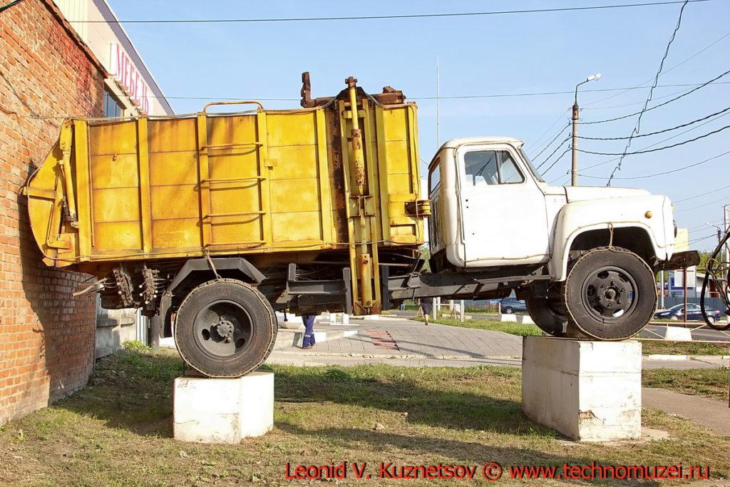 Памятник мусоровозу МКМ-2 в Новомосковске