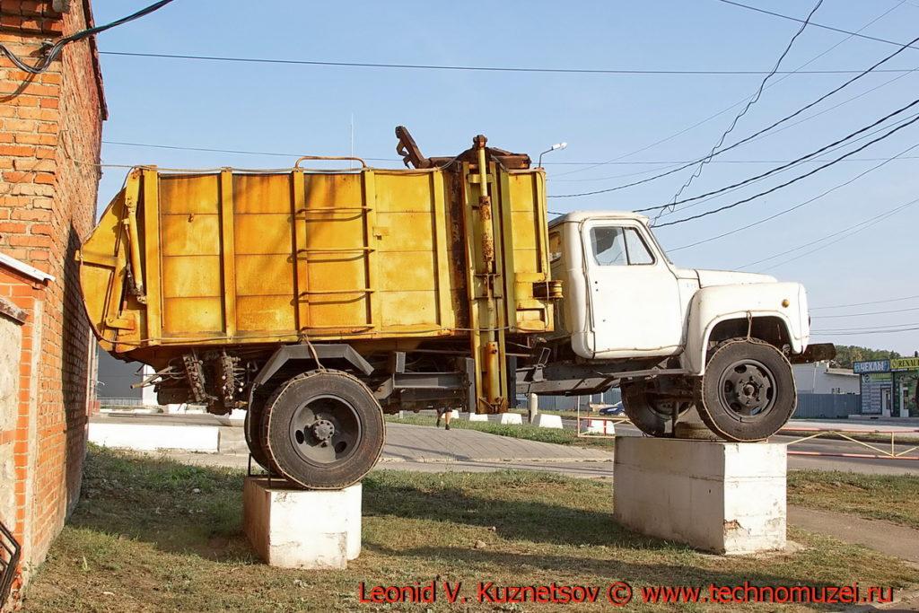 Памятник мусоровозу МКМ в Новомосковске