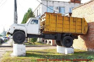 Памятник мусоровозу в Новомосковске