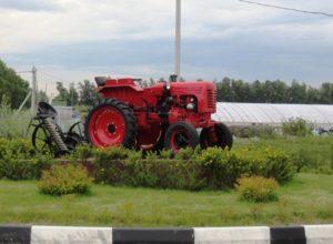 Памятник трактор ДТ-20 в Совхозе имени Ленина