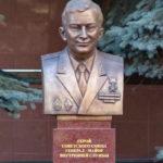 Бюст Героя Советского Союза пожарного М.П. Телятникова у Академии МЧС в Москве