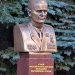 Бюст Героя России пожарного Е.Н.Чернышёва у Академии МЧС в Москве