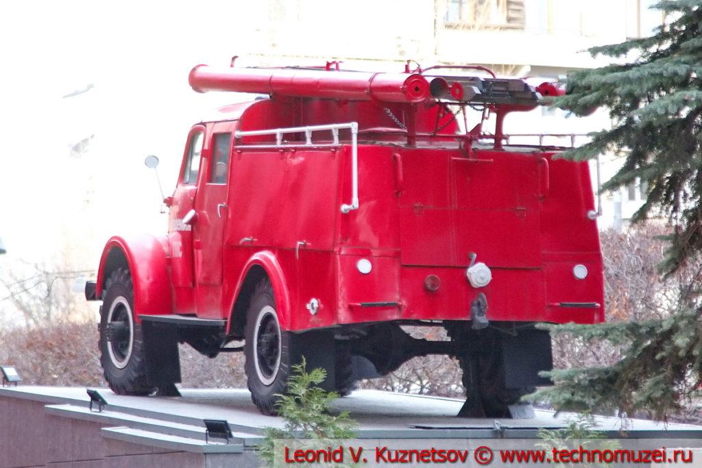 Памятник пожарной автоцистерне ПМГ-19 у Академии МЧС в Москве