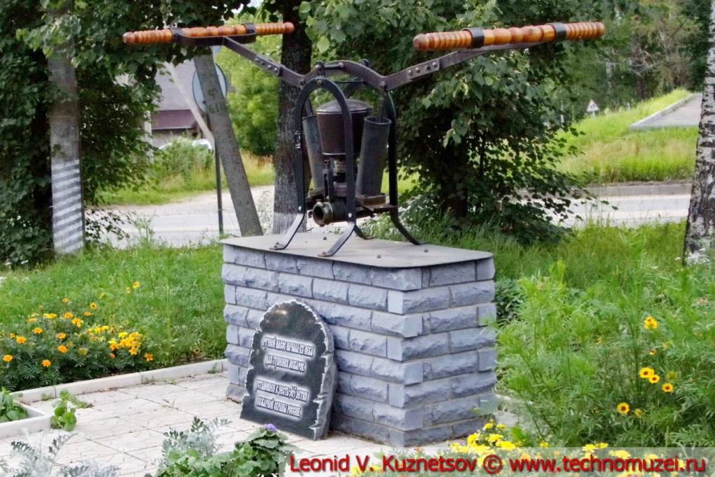 Памятник ручному пожарному насосу в Шарье перед пожарной частью