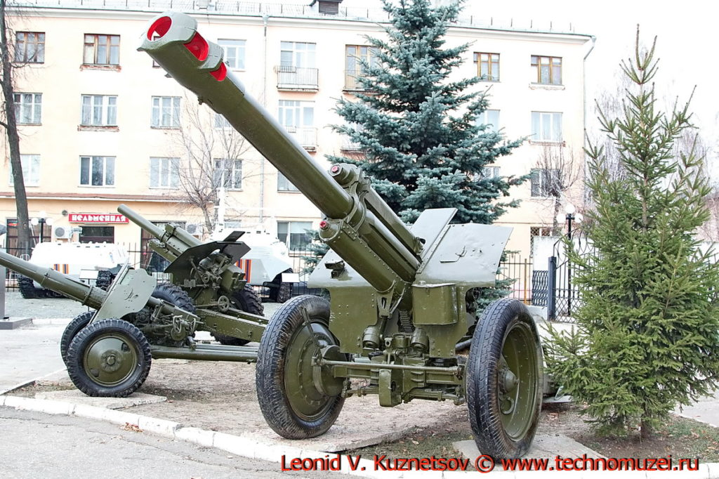 Гаубица Д-1 перед областным управлением МЧС во Владимире