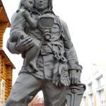 Памятник пожарным и спасателям перед областным управлением МЧС во Владимире