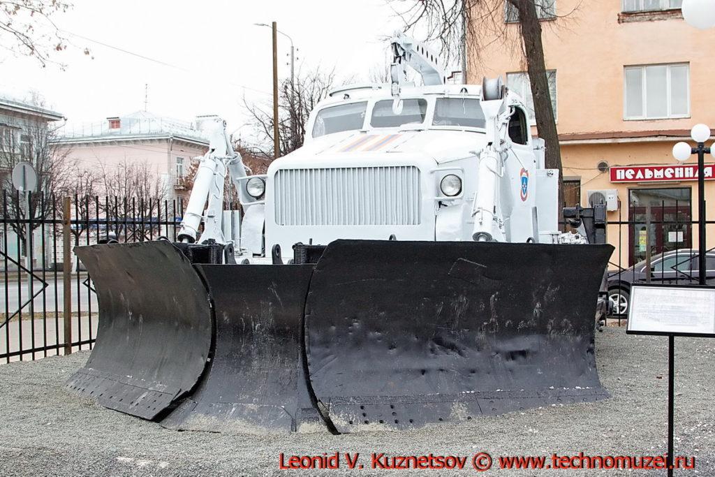 Путепрокладчик БАТ-М перед областным управлением МЧС во Владимире
