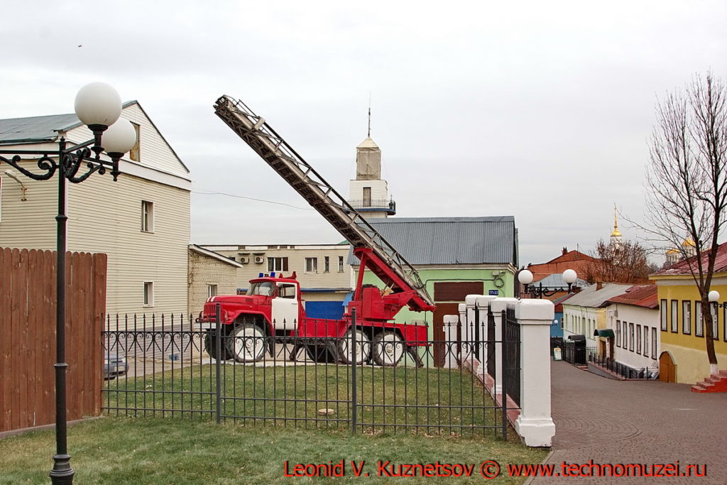 Памятник пожарной автолестнице АЛ-30 во Владимире